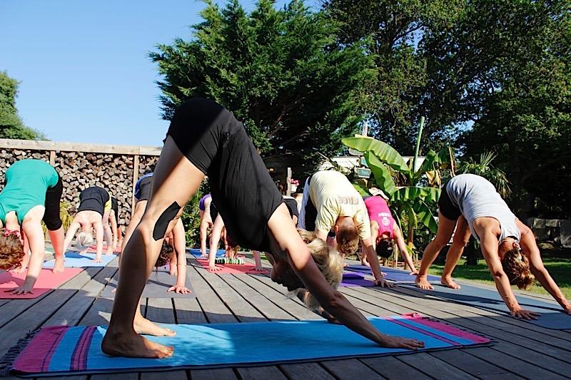 Yoga en surfen board 39 n breakfast - Ontwikkeling rond het zwembad ...